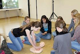 Lara Schiele aus Klasse 10 führt vor, wie Herzdruckmassage richtig anzuwenden ist.