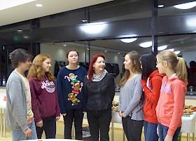 Die Schriftstellerin Sabine Ebert im Gespräch mit SchülerInnen des Hebel-Gymnasiums