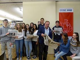 Die Schüler des Seminarkurses Medien mit Reporter Andreas Lin