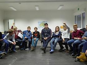 Der Schwetzinger Theaterintendant Jörg Steve Mohr mit SchülerInnen der Klasse 6e