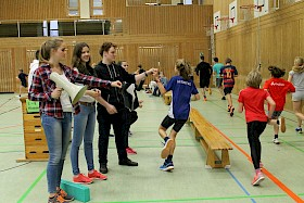 Die gerade neu gewählten Schülersprecher Johanna Siekmann, Lara Schiele und Birk Adam verteilten Gummis an die Teilnehmer des Spendenlaufes.