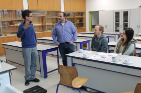 In einem Vortreffen im Hebel-Gymnasium erklärt Physiklehrer Heiko Stangl die Ideen für das Partnerschulprojektprojekt: Projektleiter Kim Orzol und Referentin Alev Kaynak sind beeindruckt (dazwischen Physiklehrer Florian Rößler).