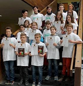 """Alle im T-Shirt mit Aufschrift """"Bolyai"""" – die Preisträger des Mathematikwettbewerbs bekamen außerdem noch Urkunden, Bücher und Knobelspiele."""