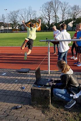 Sophia Dopf nimmt die Kraftwerte, mit der sich der Athlet beim Absprung von der Kraftplattform abdrückt.