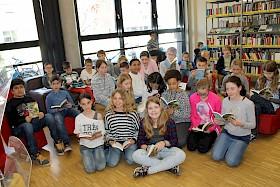 """Die Klasse 5e freut sich über die geschenkten Bücher zum """"Welttag des Buches""""."""