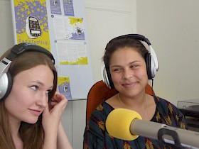 Schülerinnen des Deutschkurses bei Aufnahmen im Studio.