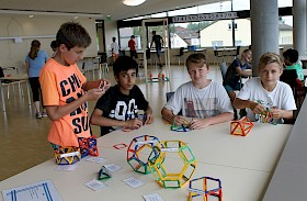 Luc-Pascal Hoffmann, Farhan Bhatti, Fynn Janson und Jannis Burkard haben beim Knobeln und Basteln in der Mathe-Ausstellung ihren Spaß.