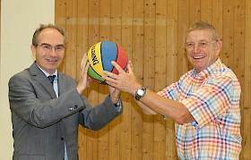 Teamplayer Jörg Seiler (re) freut sich über sein 40jähriges Dienstjubiläum, Schulleiter Stefan Ade weiß das