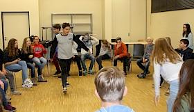 Viel Aktion für die achten Klassen des Hebel-Gymnasiums: Sie durften zwei Tage lang bei theaterpädagogsichen Übungen ihre Klassengemeinschaft verstärken.