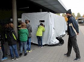 Spannender Blick in den Dunkeltunnel: Sven Becker vom ADFC bespricht anschließend was die Schüler gesehen haben