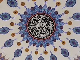 Kalligraphische Kunst in der Kuppel der Moschee