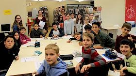"""Die Klasse 5e (mit ihrer Lehrerin Wiebke Eschenhagen (rechts hinten)) löst ohne Probleme das Buchquiz zum """"Welttag des Buches"""", zu dem Veronika Lippolt (links) eingeladen hatte."""