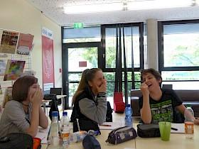 Die Schüler haben sichtlich Spaß beim Poetry-Slam-Workshop. von li: Naema Keßler ( 8.Kl.), Kjara Krunic ( 10. Kl.) und Nikola Krunic ( 8.Kl.).