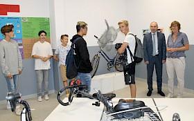 Bärbel Seefeldt (ganz rechts) führt Schulleiter Stefan Ade durch die von ihr koordinierte Fahrrad-Ausstellung.