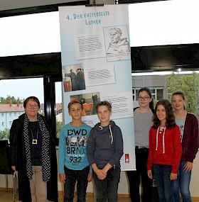 Pfarrerin Silke Schnepf hat die Ausstellung ans Hebel-Gymnasium geholt, Robin Albert, Luis Lorenz, Cara Fassott, Johanna Stadler und Amelie Seel (alle Klasse 8) gehörten zum Aufbau-Team.