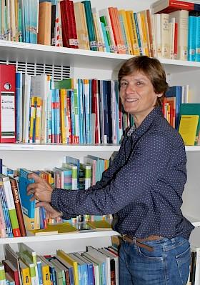 Als Deutschlehrerin liebt sie Lesen und Bücher - Marion Strommer kümmert sich unter anderem auch um die Lehrerbibliothek.
