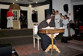 Die Lebensstationen von Martin Luther (Moritz Kies) werden in dem Musical