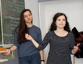 Die Mathematik-Studentinnen Nadine Zürn und Alina Ludwig von der Universität Mannheim waren dieses Semester Gast in der Mathe-AG.