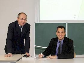Sparkassen-Filialleiter Michal Goth (rechts) war von den vielfältigen Einsatzmöglichkeiten des Visualizers beeindruckt, Schulleiter Stefan Ade freut sich über die Anschaffung, die dank einer Spende der Sparkasse möglich war.