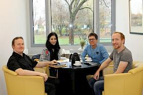 In einem Vortreffen im Hebel-Gymnasium besprechen die Lehrer Enrico Malz, Heiko Stangl sowie Florian Seitz die Ideen für das Partnerschulprojekt mit Koordinatorin Alev Kaynak von der Klaus Tschira Stiftung.