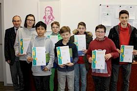Stefan Ade freut sich über die Mathe-Erfolge von Laetitia Dobiasz, Eliseo Carrasco Krämer, Jonas Lewin, Moritz Carl Brand, Levente Mihalyi, Eike Janson und Timo Fritsch.