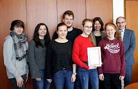 Lars Angstmann, Katharina Faude, Florine Feurer, Frederik Adam, Maja Hörnstein, Cornelia Bode (Betreuende Lehrerin der Sani-AG), Vanessa Palumbo, Schulleiter Stefan Ade.