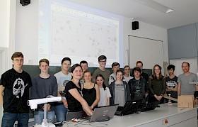 Carolin Liefke (am Laptop links) vom Haus der Astronomie erklärt dem Kurs von Florian Seitz (rechts) die Asteroidensuche.