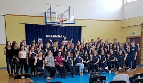 """Die Teilnehmer und Teilnehmerinnen des Erasmus+-Treffens in Puławy. SchülerInnen aus Polen, Ungarn, Rumänien, Tschechien und Deutschland tauschen sich zum Thema """"Menschen mit geistigen Behinderungen""""  und """"soziales Engagement"""" aus."""
