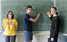 Haben ihren Spaß beim Mathe-Knobeln und trugen zu dem Schulerfolg im Landeswettbewerb bei: Laetitia Dobiasz (9c), Felix Messner und Jan Vomstein (beide 10c).