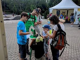 Hebel-Schüler Luis Erb (blaues T-Shirt) erklärt den Besuchern, wie mit einem Theodoliten Entfernungen gemessen werden.