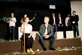 """Milliardärin (Viola Koc) will sich an ihrem ehemaligen Jugendfreund (Mika Kiefer) rächen. Die tragische Komödie """"Der Besuch der alten Dame"""", eine Parabel über die Versuchung, wurde von der Theater-AG des Hebel-Gymnasiums sehr beeindruckend in Szene gesetzt."""