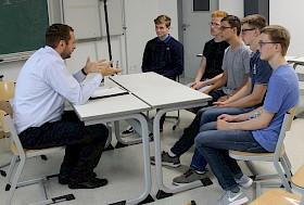 Sascha Schmitt (ABB) gab Schülern praxisrelevante Tipps zur Bewerbung.