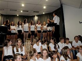 Musiklehrer Rudolf Steinhübel dirigierte die drei Gesangsklassen beim gemeinsamen Auftritt.