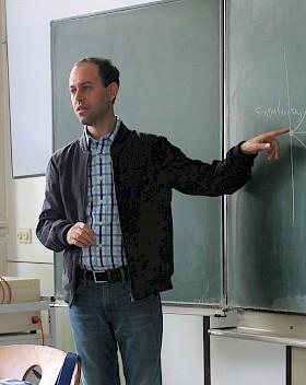 Professor Caucher Birkar erläuterte an der Tafel seine Lieblingsformel. Der Mathematiker sprach mit 45 Hebel-Schülern über sein Leben und seine Motivation.