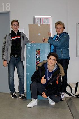 """Tom Weller, Lennart Rosenberger und Felix Abbe gehörten zu dem Projektteam, das die Sammelbehälter für die """"Deckel gegen Polio"""" gebaut hatte."""