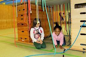 Flüchtlingskinder Monika und Hedeit hatten ihren Spaß beim Parcours in der Sporthalle.