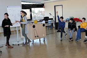 Die Französin Ségolène Bulot (links) leitete ein Spiel an: Die Siebtklässlerin  Maren Rohrer durfte zeichnen, die anderen Schüler mussten den Begriff erraten – auf Französisch natürlich.