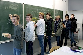 Die Mathe-Cracks knobeln in der Mathe-AG am liebsten an der Tafel – Nun konnten sie sich über Preise beim Landeswettbewerb freuen: Jannis Burkard, Eike Janson, Fynn Janson, Jan Bollian, Tillman Mack, Eliseo Carrasco Krämer und Mathis Homann.