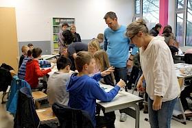 Eine beliebte Station war das Mitmachlabor der Biologie - unter der Regie der Biologielehrerin Kerstin Scherer (vorne rechts)