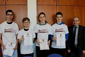 """Das Team gewann zum ersten Mal die begehrten """"Bolyai""""-T-Shirts: Felix Messner, Ole Lorbacher, Jan Vomstein und David Edel wurden beim Mathematik-Teamwettbewerb Dritter und Schulleiter Stefan Ade gratulierte."""