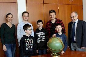 Geografie-Lehrerin Sabine Appel (links) und Schulleiter Stefan Ade (rechts) freuen sich über die von Erdkunde begeisterten Schüler Paul Kräupl, Nicholas Braun, Alexander von Homeyer, Martin Wilhelm und Maximilian von Homeyer.