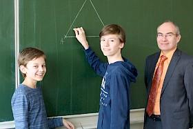 Jan Stillbauer (Mitte) berichtet Moritz Brand (links) und Schulleiter Stefan Ade von seinem Geometrie-Seminar. Beide Schüler kamen bei Mathe-Wettbewerben in die Landesrunde.