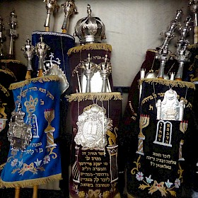 Die prächtigen Thorarollen in der Synagoge.