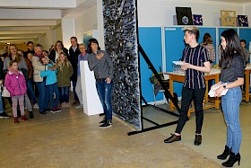 Kunstlehrerin Sabine Grimm eröffnet gemeinsam mit den Schülervertretern Lars Angstmann und Linh Ngo die Kunstausstellung.