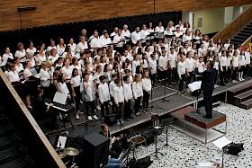 Der Projektchor besteht aus Eltern, Schülern und Lehrer. Jedes Jahr werden neue Titel einstudiert.