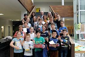 """21 Schüler freuen sich über die Knobelspiele, die sie beim Mathematik-Wettbewerb """"Känguru"""" gewonnen haben."""