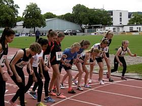 Der Start der 800m – mit dabei (6., 7. und 8. von links): Angelina Georg, Maren Rohrer und Anna Berner vom Hebel-Gymnasium.