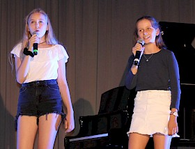 """Eilika Händel und Eva Fitterer präsentierten """"A million dreams"""" von Pink."""