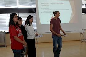 Die Pressegruppe mit Viktorija Topalovic, Teresa Nguyen, Thanh Van Hoang  und Tassilo von Moers-Meßmer präsentierte die Ergebnisse der Workshops.