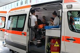 """Wie ein Rettungswagen ausgestattet ist, erfuhren die Hebel-Schüler im Rahmen der """"Erste-Hilfe-Woche""""."""